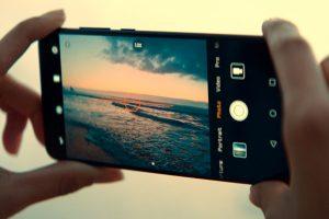 Mejor móvil Huawei, claves para una adecuada elección. Presupuesto, primer punto para determinar el mejor móvil Huawei para ti. Sin duda alguna la gran baza de la marca es su excelente relación calidad precio. Sus móviles son de gama media - alta a precio medio - medio. Por ello no tendrás demasiados problemas para encontrar el mejor móvil Huawei para tu dentro de un presupuesto lógico de compra. Así y todo, siempre es interesante definir este. O, al menos, tener una idea aproximada de cuánto tienes pensado invertir en tu dispositivo móvil. Incluyendo si vas a necesitar algún complemento smartphone para tu teléfono inteligente Huawei y deseas que entre en el presupuesto, como palos selfie o fundas para móviles. En cualquier caso, como la gama de precios de móviles Huawei está bien definida, si no tienes requerimientos muy ajustados en este aspecto lo más aconsejable para hacer una buena comprar es que definas primero tus necesidades y preferencias. Así, posteriormente podrás decidirte por el modelo Huawei concreto que comprar. Pero si tu presupuesto es muy ajustado e inamovible, te interesa conocerlo desde el principio y tomar todas tus decisiones ajustándote a él. Wearables, ¿tienes uno o has pensando comprar alguno? El uso de wearables está muy extendido. Y no solo para deportistas, también para todo amante de los gadgets tecnológicos, así como para personas preocupadas por su salud y estado de forma, entre otros usuarios. ¿Ya dispones de algún wearable como un reloj digital deportivo smart watch, una pulsera deportiva o auriculares deportivos y deseas seguir utilizándolo? El mejor móvil Huawei para ti es el que te permita la compatibilidad con este dispositivo. Así que si te encuentras en este caso, comprueba los requerimientos de tu pulsera fit, tus auriculares o tu reloj inteligente, pues es esencial para que sepas qué tipos de Huawei son compatibles con él y, por tanto, te interesan. ¿Tienes pensado comprar un wearable nuevo? Una buena forma de elegir el mejor